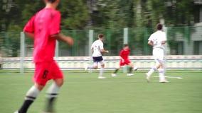 MOSCÚ, RUSIA - 14 de junio de 2018: Partido de fútbol escena Dos equipos que juegan la bola en fútbol al aire libre partido de fú metrajes