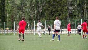 MOSCÚ, RUSIA - 14 de junio de 2018: Partido de fútbol escena Dos equipos que juegan la bola en fútbol al aire libre partido de fú almacen de metraje de vídeo