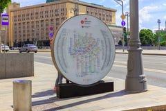 Moscú, Rusia - 3 de junio de 2018: Tablero de la información con el mapa del metro de Moscú cerca de la estación de Lubyanka Foto de archivo