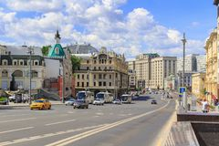 Moscú, Rusia - 3 de junio de 2018: Vista de la calle nyy de Proyezd del ` de Teatral con los edificios de la Duma del hotel y de  Imagen de archivo