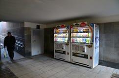 Moscú, Rusia - 14 de marzo de 2016 Compañías japonesas DyDo de las máquinas expendedoras para las bebidas en paso inferior Fotos de archivo libres de regalías