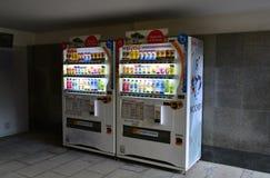Moscú, Rusia - 14 de marzo de 2016 Compañías japonesas DyDo de las máquinas expendedoras para las bebidas en paso inferior Imagen de archivo libre de regalías