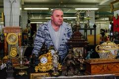 Moscú, Rusia - 19 de marzo de 2017: El vendedor del vintage adornó rico los relojes de la chimenea de la colección en un mercado  Imagen de archivo