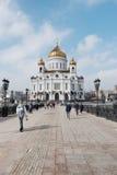 Moscú, Rusia - 18 de marzo de 2017: Gente que camina en el brige cerca de la catedral de Cristo el salvador en Moscú Foto de archivo libre de regalías