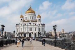 Moscú, Rusia - 18 de marzo de 2017: Gente que camina en el brige cerca de la catedral de Cristo el salvador en Moscú Imagen de archivo libre de regalías