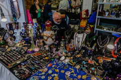 Moscú, Rusia - 19 de marzo de 2017: Haga compras con joyería, gotas, colgantes, los pendientes y la joya baratos del ` s de las m Imagen de archivo libre de regalías