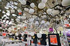 Moscú, Rusia - 5 de marzo de 2015: Lámparas en BRUJERÍA AFRICANA de las tiendas de cadena Las tiendas alemanas de la cadena de ve Fotos de archivo libres de regalías