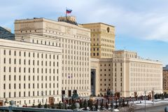Moscú, Rusia - 25 de marzo de 2018: Edificio del Ministerio de Defensa de la Federación Rusa contra el cielo azul Imágenes de archivo libres de regalías
