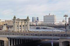 Moscú, Rusia - 25 de marzo de 2018: Edificio de la casa del gobierno de la Federación Rusa contra el contexto de puentes a través fotos de archivo
