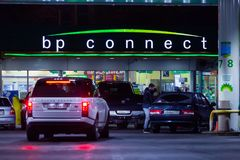 MOSCÚ, RUSIA - 20 DE MARZO DE 2018: El coche condujo para arriba a BP conecta la gasolinera en la carretera en la Moscú ocupada Fotografía de archivo libre de regalías