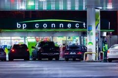 MOSCÚ, RUSIA - 20 DE MARZO DE 2018: El coche condujo para arriba a BP conecta la gasolinera en la carretera en la Moscú ocupada Imágenes de archivo libres de regalías