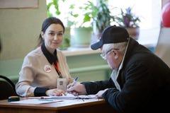 MOSCÚ, RUSIA - 18 DE MARZO DE 2018: El votante recibe una votación pap Foto de archivo