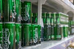 Moscú, Rusia - 12 de marzo de 2018: Exhibición con la cerveza de Carlsberg en latas en el supermercado Lenta Uno del minorista má Imágenes de archivo libres de regalías