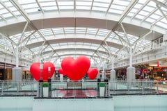 Moscú, Rusia - 5 de marzo 2017 Globos en la forma del corazón en el centro comercial Capitoliy Fotografía de archivo libre de regalías
