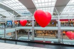 Moscú, Rusia - 5 de marzo 2017 Globos en la forma del corazón en el centro comercial Capitoliy Foto de archivo