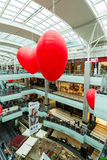 Moscú, Rusia - 5 de marzo 2017 Globos en la forma del corazón en el centro comercial Capitoliy Foto de archivo libre de regalías