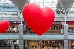 Moscú, Rusia - 5 de marzo 2017 Globos en la forma del corazón en el centro comercial Capitoliy Imagenes de archivo