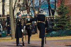 Moscú, Rusia - 18 de marzo Guardia de honor en Moscú en la tumba del soldado desconocido en Alexander Garden Imágenes de archivo libres de regalías