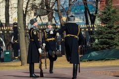 Moscú, Rusia - 18 de marzo Guardia de honor en Moscú en la tumba del soldado desconocido en Alexander Garden Imagen de archivo libre de regalías