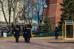 Moscú, Rusia - 18 de marzo Guardia de honor en Moscú en la tumba del soldado desconocido en Alexander Garden Foto de archivo
