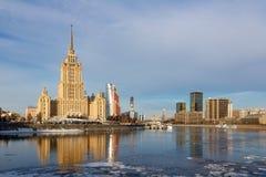 Moscú, Rusia - 25 de marzo de 2018: Hotel real de Radisson contra la perspectiva del terraplén de Tarasa Shevchenko foto de archivo