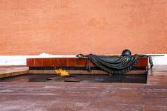 Moscú, Rusia 19 de marzo de 2018: La llama eterna en la tumba del soldado desconocido El Kremlin, Alexander Garden Fotos de archivo libres de regalías
