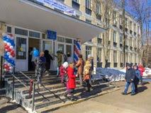 Moscú, Rusia - 18 de marzo de 2018: Los votantes incorporan un colegio electoral para participar en la votación sobre elecciones  Imagenes de archivo