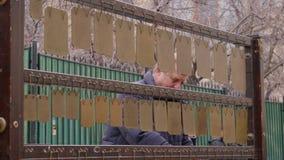 Moscú, Rusia - 21 de marzo de 2019: músico de la calle que juega música en el instrumento de percusión del metal El jugar del mús almacen de video