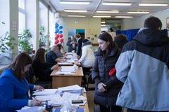 MOSCÚ, RUSIA - 18 DE MARZO DE 2018: Recinto electoral para el elec Imagen de archivo