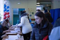 MOSCÚ, RUSIA - 18 DE MARZO DE 2018: Recinto electoral para el elec Foto de archivo libre de regalías