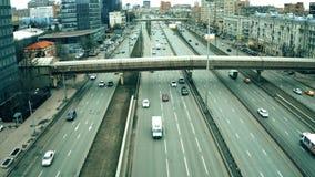 MOSCÚ, RUSIA - 23 DE MARZO DE 2019 Tiro aéreo de la avenida de Leningradsky Prospekt y de las jefaturas de Mercedes-Benz Russia fotos de archivo libres de regalías