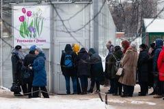 MOSCÚ, RUSIA - 12 DE MARZO DE 2018: Una línea de los visitantes del ` del ensayo de la primavera del ` de la exposición en el ` d Imagenes de archivo