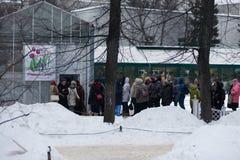 MOSCÚ, RUSIA - 12 DE MARZO DE 2018: Una línea de los visitantes del ` del ensayo de la primavera del ` de la exposición en el ` d Imagen de archivo