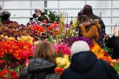 MOSCÚ, RUSIA - 12 DE MARZO DE 2018: Visitantes en el ensayo del ` de la exposición del ` de la primavera en ` del jardín de Aptek Fotos de archivo libres de regalías