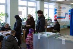 MOSCÚ, RUSIA - 18 DE MARZO DE 2018: Votantes en la línea para recibir ballo Imágenes de archivo libres de regalías