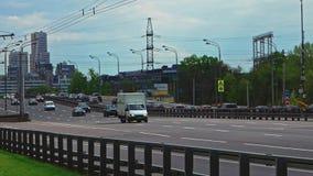 Moscú, Rusia 15 de mayo de 2015: Autopista sin peaje ocupada que lleva lejos de Moscú almacen de video