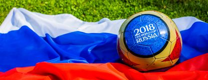 Moscú, Rusia 13 de mayo de 2018 Bola del recuerdo con los emblemas del mundial 2018 de la FIFA en Moscú Foto de archivo
