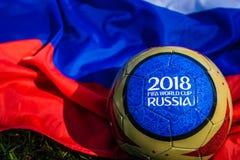 Moscú, Rusia 13 de mayo de 2018 Bola del recuerdo con los emblemas del mundial 2018 de la FIFA en Moscú Fotos de archivo