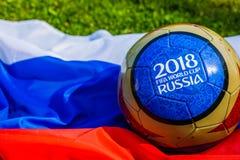 Moscú, Rusia 13 de mayo de 2018 Bola del recuerdo con los emblemas del mundial 2018 de la FIFA en Moscú Imagenes de archivo