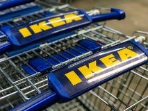 MOSCÚ, RUSIA - 11 DE MAYO DE 2018: Carretillas de IKEA imagen de archivo