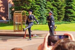 Moscú, Rusia - 27 de mayo de 2018: Ceremonia del guardia del honor cambiante en la llama eterna en el jardín de Alexander cerca d Imagen de archivo