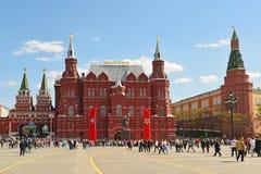 Moscú, Rusia - 6 de mayo 2017 Cuadrado de Manezhnaya adornado con las lonas al día de victoria Imágenes de archivo libres de regalías