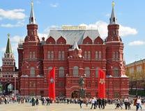 Moscú, Rusia - 6 de mayo 2017 Cuadrado de Manezhnaya adornado con las lonas al día de victoria Imagen de archivo libre de regalías
