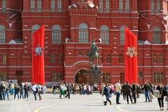 Moscú, Rusia - 6 de mayo 2017 Cuadrado de Manezhnaya adornado con las lonas al día de victoria Foto de archivo