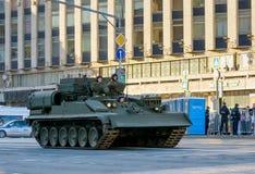 MOSCÚ, RUSIA - 3 DE MAYO DE 2017: Calle de Tverskaya, ensayo para Victory Parade el 9 de mayo, equipo militar Fotos de archivo