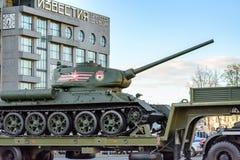 MOSCÚ, RUSIA - 3 DE MAYO DE 2017: Calle de Tverskaya, ensayo para Victory Parade el 9 de mayo, equipo militar Imagen de archivo