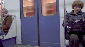 Moscú, Rusia - 27 de mayo de 2017: El metro sale de la estación y entra en el túnel almacen de video