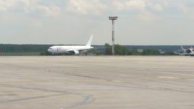 MOSCÚ, RUSIA 30 de mayo de 2017: El movimiento de los servicios de los aviones y de la tierra en el aeropuerto Domodedovo La Brus metrajes