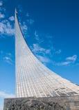 MOSCÚ, RUSIA - 20 DE MAYO DE 2009: Monumento a los conquistadores del espacio Foto de archivo libre de regalías