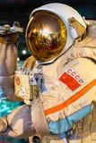 MOSCÚ, RUSIA - 31 DE MAYO DE 2016: Spacesuit ruso del astronauta en el museo espacial de Moscú Foto de archivo libre de regalías